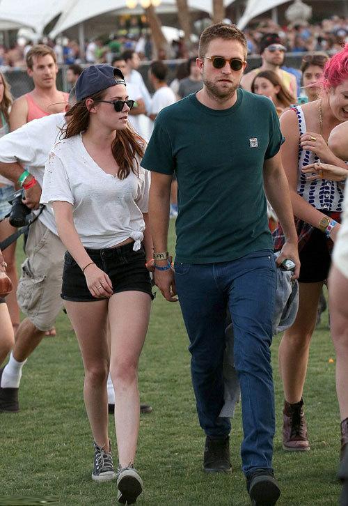Kristen mặc áo phông buộc túm eo và quần short trẻ trung, bụi bặm.
