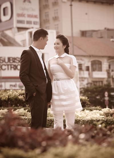 Cặp đôi thoải mái nắm tay, trao nhau ánh mắt đắm đuối trên đường phố cứ như một cặp tình nhân thật sự.