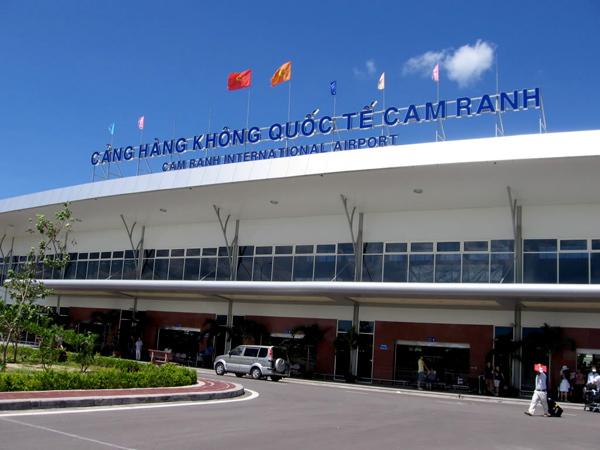 Sân bay Cam Ranh cách Nha Trang 60km, chạy dọc ven biển tuyệt đẹp.