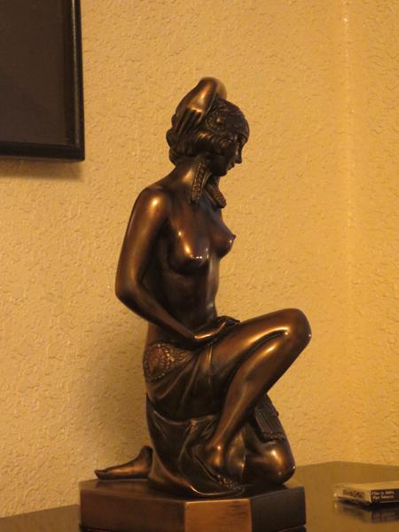 Rất nhiều những bức tượng đẹp mắt như để điểm xuyết cho ngôi nhà...