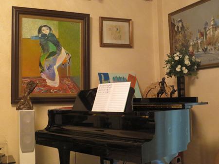 Chiếc đàn piano, không gian thư giãn đặc biệt của nhạc sĩ cũng được đặt những bức tượng nhỏ, đủ thấy chủ nhân yêu chúng đến thế nào. Đang tiếp khách, nếu hào hứng, nhạc sĩ sẵn sàng đãi khách một bản nhạc mà ông thích hoặc mới sáng tác...