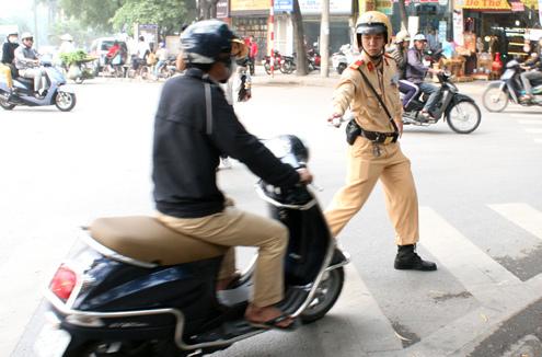 Cảnh sát giao thông chỉ dừng xe với những trường hợp vi phạm giao thông chứ không được tra hỏi lỗi không chính chủ. Ảnh: Phương Sơn