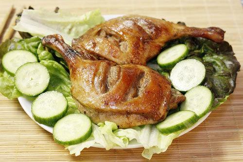 Vị thơm đặc trưng của chao, quyện lẫn với thịt vịt ngọt, dùng làm món đãi bạn bè khi nhà có tiệc, vừa lạ miệng mà lại không quá phức tạp.