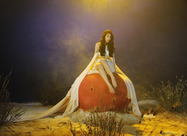 Sản phẩm âm nhạc này từ bài hát đến MV đều theo một ý tương chủ đạo. Nữ ca sĩ lấy ý tưởng từ chuyện cổ tích nàng tiên cá với ước muốn được bên cạnh hoàng tử một lần trong đời. Vì tình yêu, nàng đã chấp nhận đánh đổi giọng hát tuyệt vời để lấy đôi chân. Mở đầu cảnh quay, Thủy tiên hóa nàng tiên cá xinh đẹp mộng mị. Về sau, cô thoát kiếp trở thành cô gái quyến rũ, với đôi chân dài thẳng tắp đi tìm tình yêu.