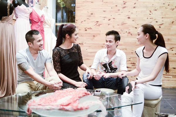 Từ trái sang: nhiếp ảnh gia Nguyễn Vũ, Hoa hậu Ngọc Hân, nhà thiết kế Hoàng Hải và top 10 Hoa hậu Việt Nam 2008 Nguyễn Hồng Nhung bàn bạc trước chuyến đi sang Italy.