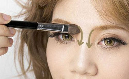 Sau đó, sử dụng phấn tạo khối màu nâu đánh lên hai đường bên cạnh sống mũi, bắt đầu từ hốc mắt đến hết chiều dài mũi.