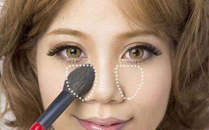 Cuối cùng, đánh phấn highlight trắng lên vùng da gần bọng mắt.