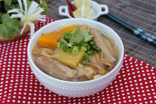 Món bún sườn non với vị ngọt dịu của nước dùng được nấu kèm với các loại rau củ như bí đỏ, dứa, hoa kim châm giòn.