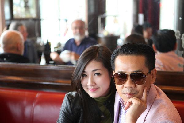 Ông Quách Thái Công (phải), nhà thiết kế nội thất, đại sứ thương hiệu của Moet Hennessy, khá am hiểu về châu Âu. Ông tận tình hướng dẫn người đẹp về Paris.