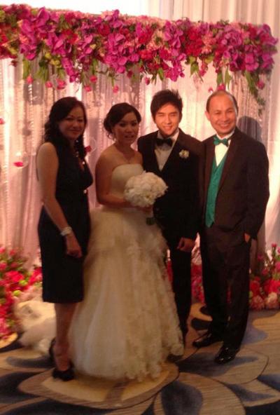 Đông đảo người thân và bạn bè của cặp đôi đã tới chúc mừng hạnh phúc .