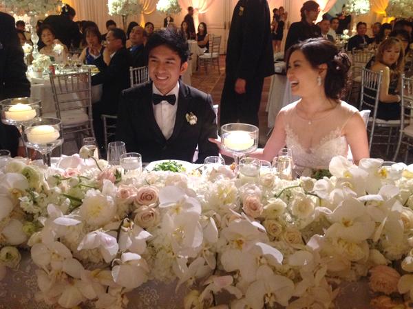 """Phòng tiệc cưới của giọng ca """"Kiếp ve sầu"""" và doanh nhân Thủy Tiên tràn ngập hoa trắng và ánh nến lung linh."""