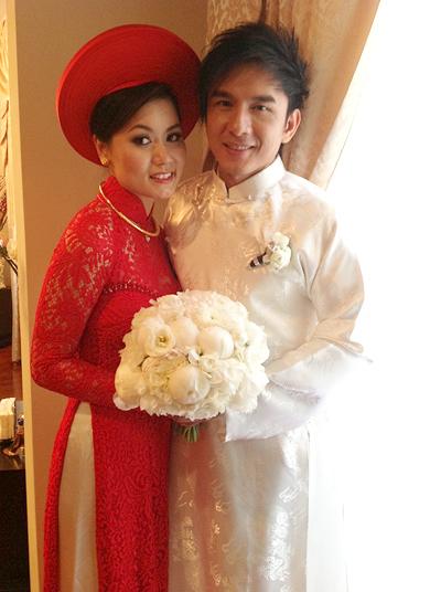 Cô dâu Thủy Tiên e ấp trong chiếc áo dài ren đỏ và khăn vấn
