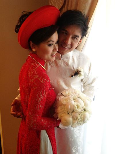 Sau khi gia đình nhà trai, nhà gái đã hoàn tất thủ tục xin dâu, Đan Trường vào phòng đón vợ yêu.