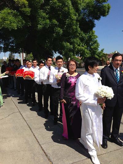 Trước khi đến nhà thờ làm lễ, Đan Trường cùng bố mẹ và đoàn phù rể bê tráp đến nhà Thủy Tiên để xin dâu, theo đúng