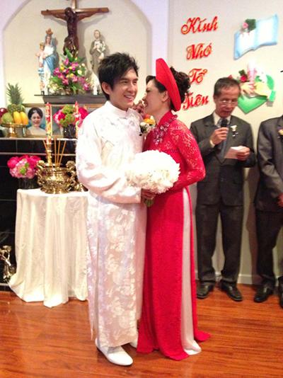 Chú rể Đan Trường cũng diện áo dài truyền thống trong lễ đón dâu. Dù diễn ra tại Mỹ, nhưng các nghi thức trong đám cưới anh Bo Đan Trường vẫn mang nét thuần Việt.