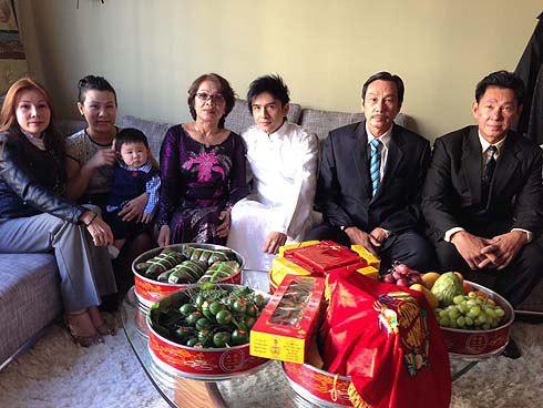 Gia đình của Đan Trường đều có mặt đông đủ. Trước ngày cưới, bố mẹ và em gái nam ca sĩ đã bay từ Việt Nam sang San Jose.
