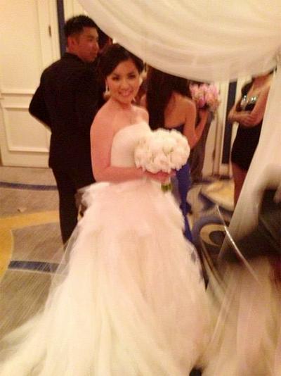 Cô dâu Thủy Tiên diện váy cưới bồng bềnh.