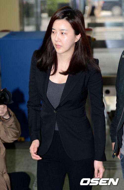 Góp mặt trong phiên xử cùng ngày là diễn viên Shin Mi Ae Ra, cô không giấu nổi vẻ mệt mỏi hiện rõ trên gương mặt.