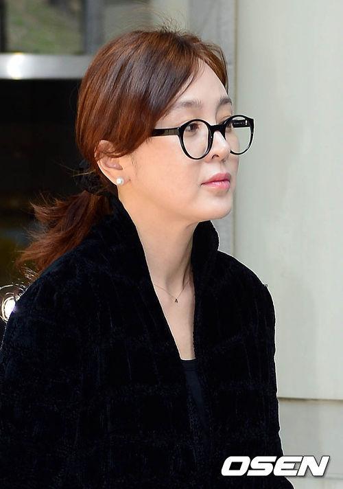 Diễn viên Lee Seung Yeon góp mặt trong phiên xử diễn ra ngày 21/4 với gương mặt mệt mỏi. Đây là phiên thứ ba cô tham dự, sau hai phiên trong tháng 3 vừa qua.