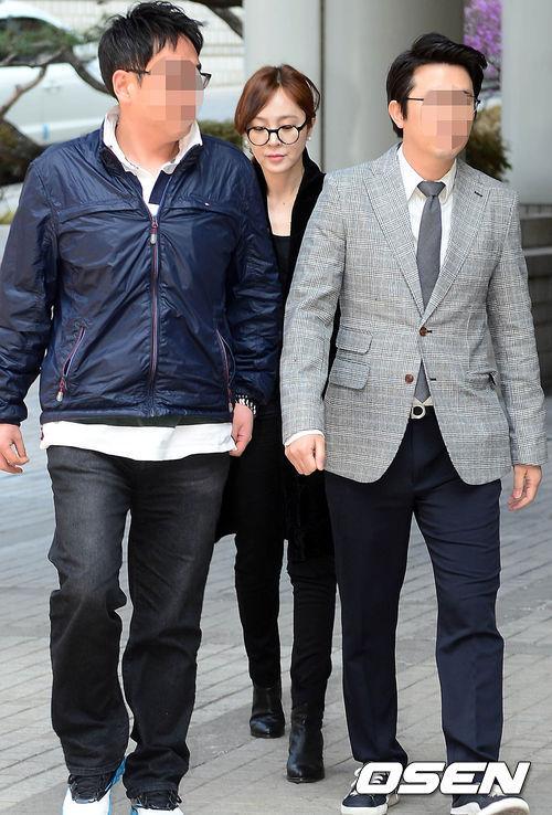 Lee Seung Yeon và luật sư tới tòa.
