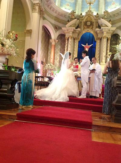 Cô dâu chú rể thề nguyện bên nhau trọn đời trước sự chứng kiến của mọi người.