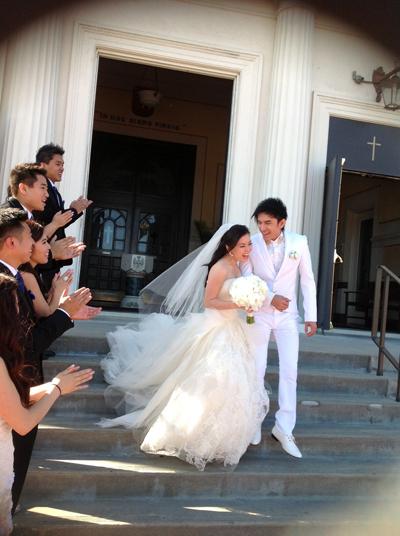 Sau khi nghi lễ kết thúc, cô dâu chú rể hạnh phúc và tươi tắn bên nhau.