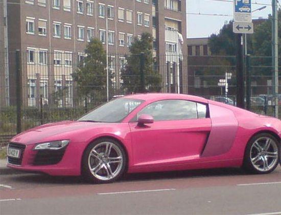 Xe hơi kiểu dáng thể thao Audi R8 dung hòa với màu hồng đậm đầy nữ tính tạo nên sự kết hợp hoàn hảo.