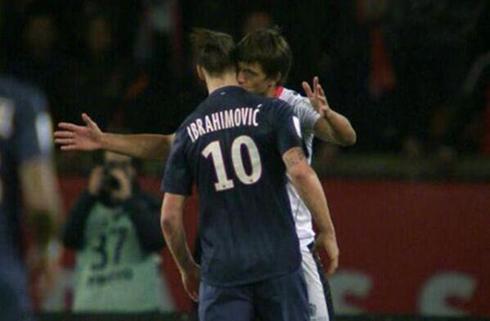 Renato Civelli hôn cổ Ibrahimovic. Ảnh: