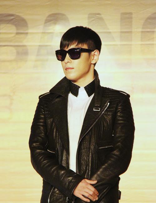 T.O.P mang vẻ điển trai lạnh lùng với áo khoác da đen và quần ống côn.