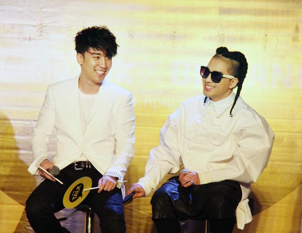 Seungri và Taeyang nở nụ cười thân thiện suốt buổi giao lưu.