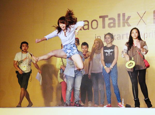 Không chỉ được nghe thần tượng chia sẻ nhiều câu chuyện vui, các fan còn có cơ hội nhảy cover bản hit Fanstatic Baby.