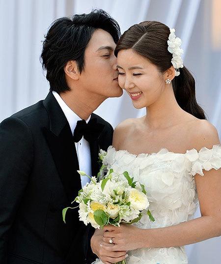 Cô dâu sử dụng hoa, phụ kiện và trang sức tông màu trắng để hài hòa với váy cưới.