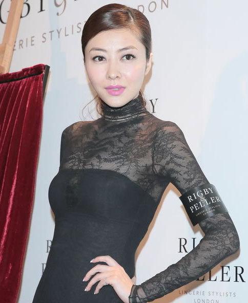 Tham dự một sự kiện hôm đầu tuần, Hùng Đại Lâm thừa nhận cô và Quách Phú Thành đã chia tay, và :