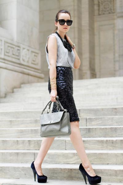 Andy sử dụng chân váy sequin đen lấp lánh cùng áo thun trơn đơn giản kết hợp phụ kiện như túi xách, mắt kính và vòng. Chính cách nhấn bộ trang phục bởi một chi tiết đã luôn khiến mọi ánh mắt không khỏi trầm trồ trước trang phục của cô.