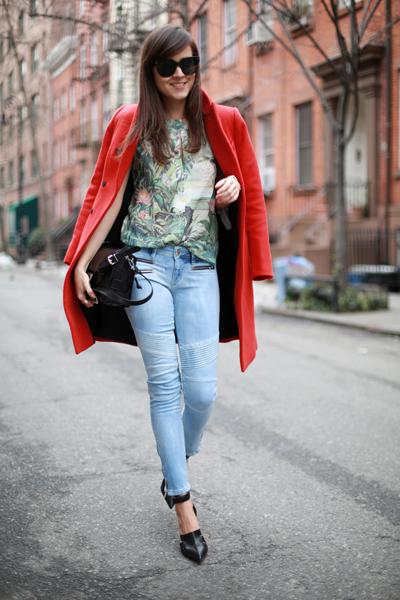 Áo choàng màu đỏ cam như mang lại sức sống cho cả bộ trang phục