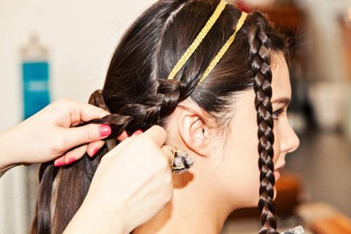 Thực hiện tương tự với hai bím tóc phía bên trái, quấn chặt tay xung quanh nút buộc tóc.