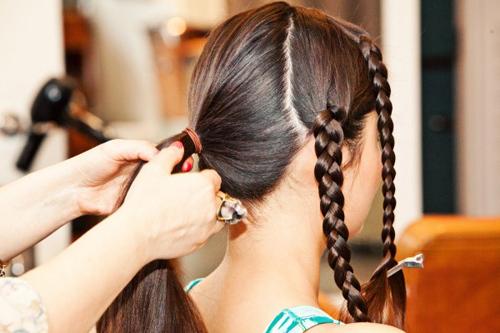 Chải mượt phần đuôi tóc và buộc lại theo kiểu tóc đuôi ngựa thấp.