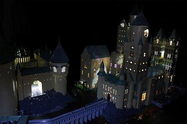 Trường học Hogwarts của Harry Potter làm từ 400.000 miếng xếp hình và thực hiện trong gần 1 năm.