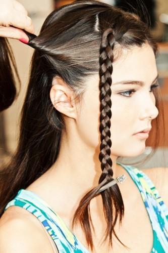 Thực hiện tương tự với lọn tóc sát bên mang tai.