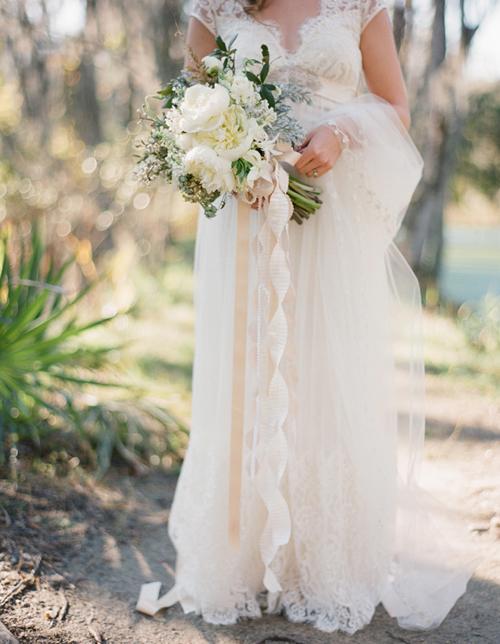 Nếu muốn bó hoa thêm nổi bật, bạn có thể thắt thêm cho bó hoa một dải ruy băng dài thướt tha.
