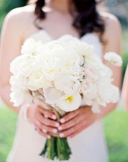 Vẻ đẹp mong manh, tinh khiết của sắc màu trắng rất phù hợp với cô dâu trong ngày cưới.