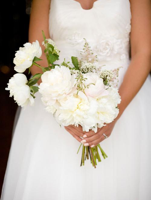 Bó hoa cưới dành cho cô dâu kết từ mẫu đơn trắng. Hiện ở Việt Nam đã có hoa mẫu đơn, nhưng đều là loại nhập khẩu, bạn phải đặt trước ở các cửa hàng hoa cao cấp để được sở hữu một bó mẫu đơn mềm mại.