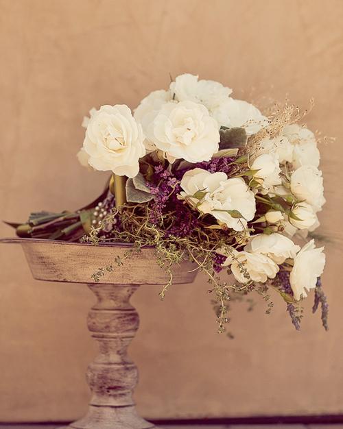 Hoa trắng kết hợp cùng các các loại cành khô nhỏ cũng là lựa chọn thú vị.