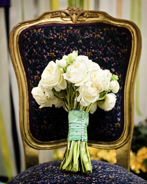 Hoa trắng được trang trí với ruy băng xanh cho đám cưới ngày hè.