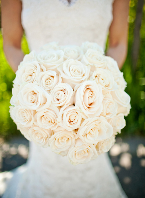 Hoa cưới kiểu tròn kết từ hoa hồng trắng.
