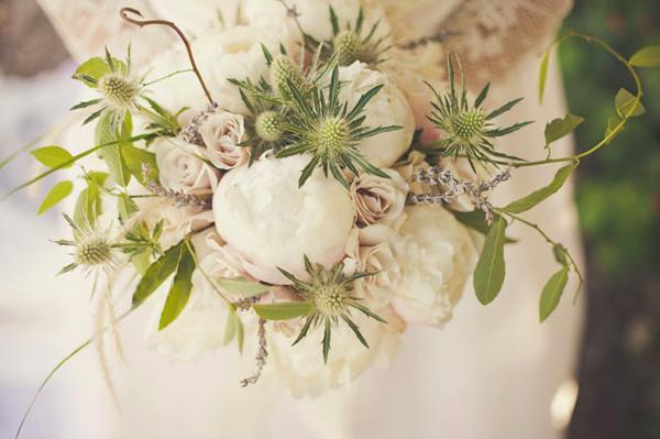 Bó hoa mẫu đơn trắng e ấp.