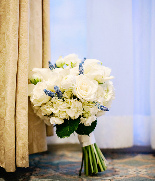 Bó hoa tròn phù hợp với những cô dâu mảnh mai.