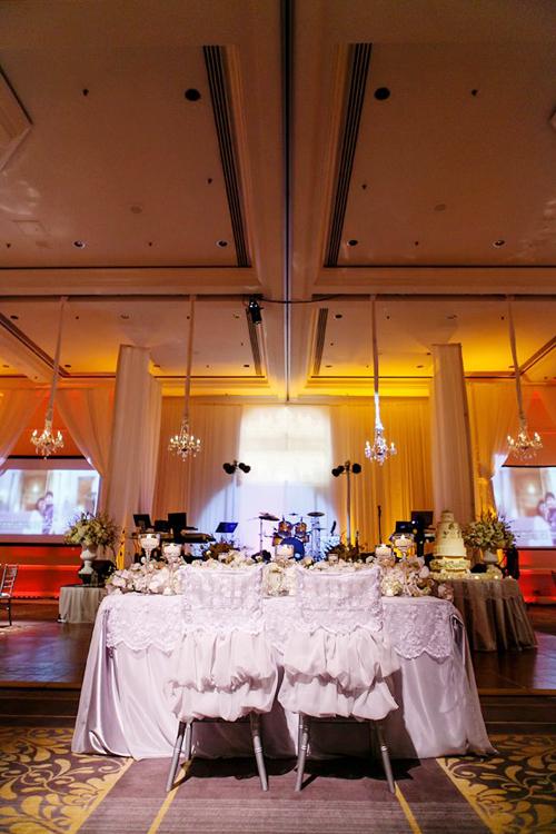 Chiếc bàn đặc biệt dành cho cô dâu chú rể với ghế ngồi được trang trí đặc biệt lãng mạn.