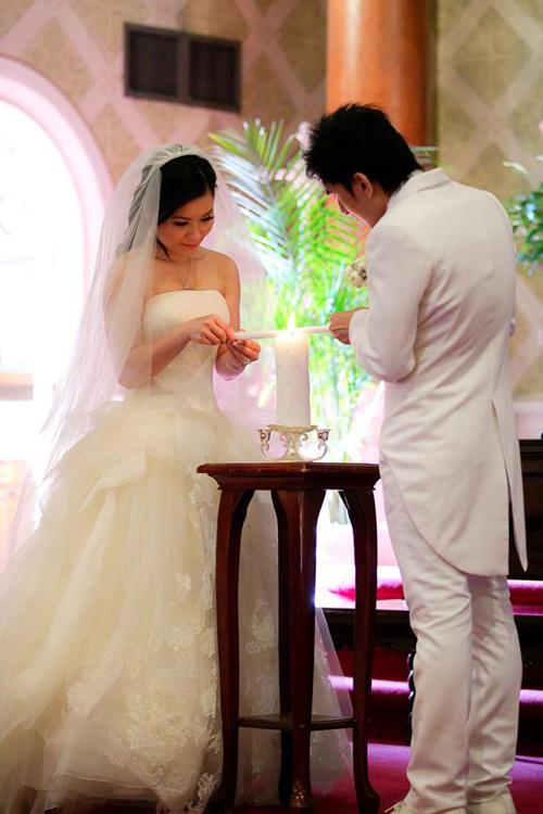 Tại nhà thờ, cô dâu chú rể cùng thắp nên ngọn nến ấm áp tượng trưng cho cuộc sống hạnh phúc.