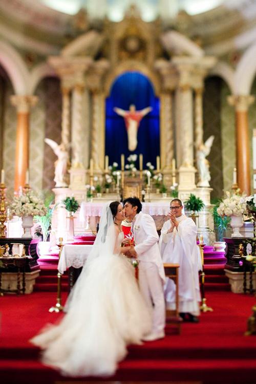 Trong toàn bộ lễ thành hôn và tiệc cưới, mọi người đều dễ dàng bắt gặp hình ảnh rạng rỡ của hai người khi bên nhau.
